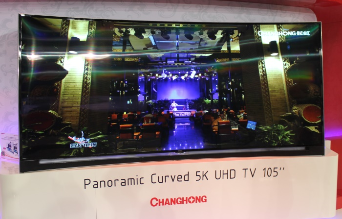 Changhong Panoramic Curved 5K UHD 105 Zoll Front Seitlich2