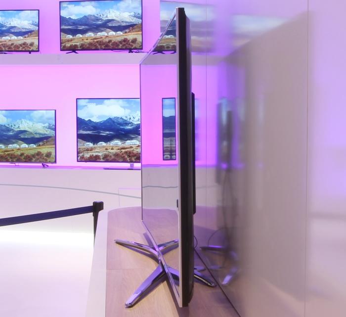 Hisense Variable Curved TV Seitenansicht Gerade