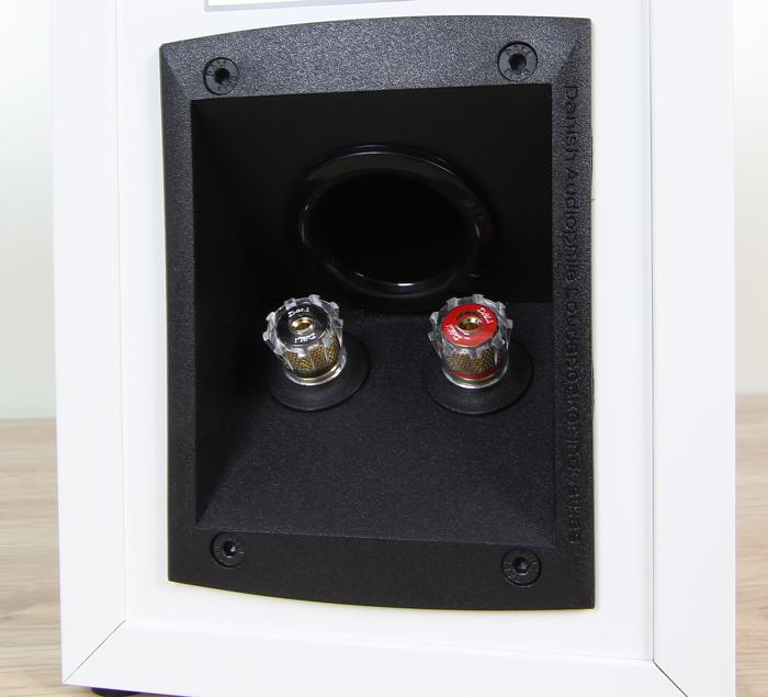 Dali-Opticon-1-Anschluesse-Bassreflexrohr