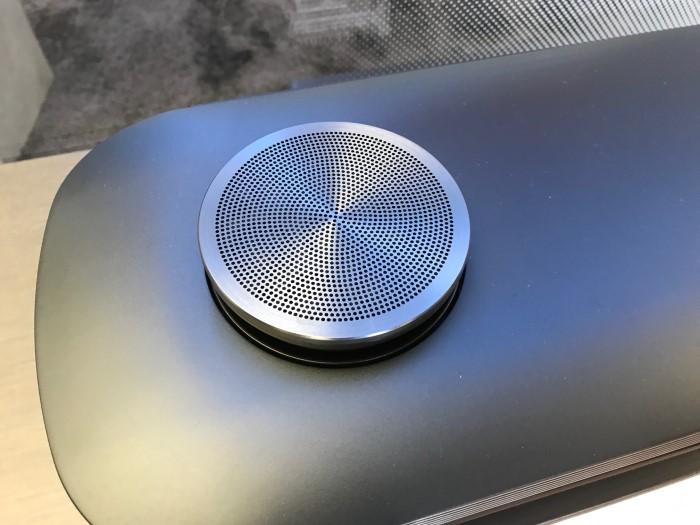 LG_Signature_OLED_W_soundbar_detail