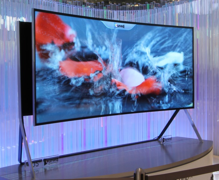Samsung Bendable UHD TV Front Seitlich Curved2