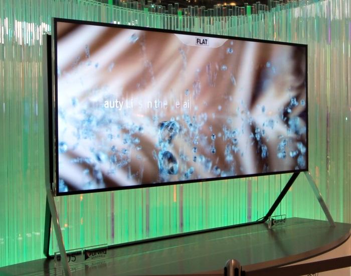 Samsung Bendable UHD TV Front Seitlich Gerade