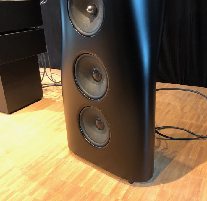 kef_hegel_event_speaker_bottom